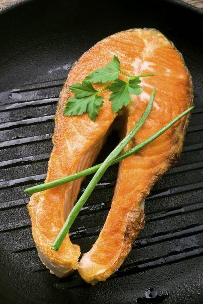 Cocina a fuego medio en una plancha, hasta que la piel comience a descas...
