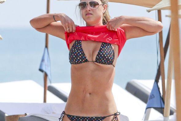 Otro día de Vanessa Huppenkothen en bikini... ¡uff!