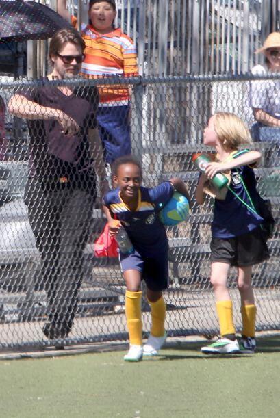 Al terminar la práctica, las chicas corrieron a brazos de papi.