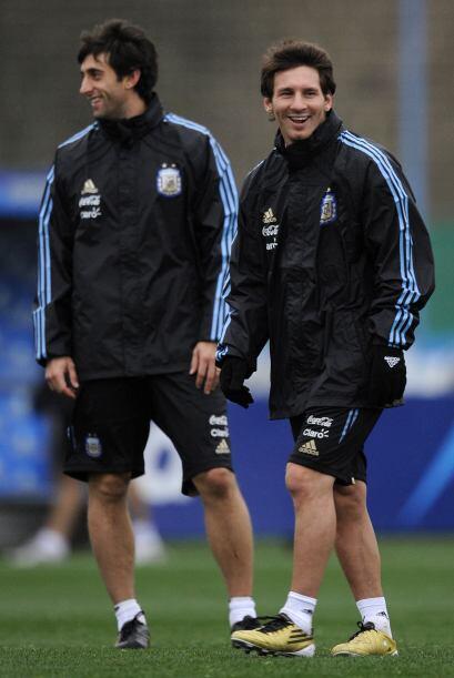 Con buena onda y mucho frío Lionel Messi y Diego Milito entrenan en el i...