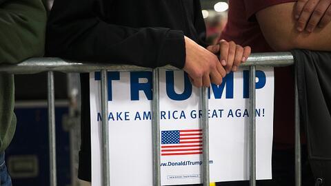 Simpatizante de Trump sostiene cartel de campaña
