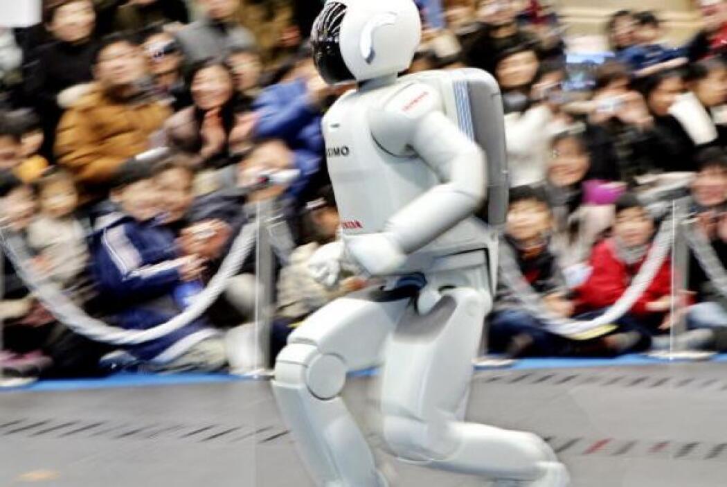 ASIMO también puede correr, alcanzando una velocidad de hasta 9km/h.