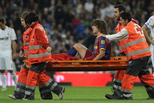 Puyol, quien fue la sorpresa en el 11 inicial del Barcelona, se lesionó...