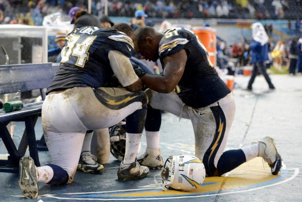 Kendall Reyes, ala defensivo novato de San Diego, se unió en oración a a...