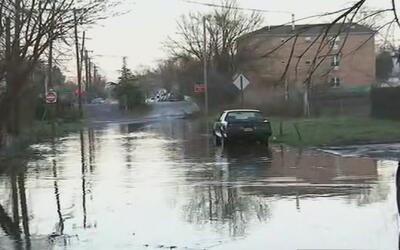 Graves inundaciones provocadas por la lluvia en zona que divide a Queens...