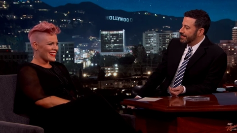 Pink junto a Jimmy Kimmel.