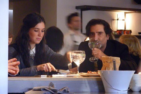 El cantante disfruta de una cena romántica con su amor, Karla Laveaga y...