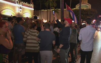 Cubanos celebran muerte de Fidel Castro en el Restaurante Versailles del...