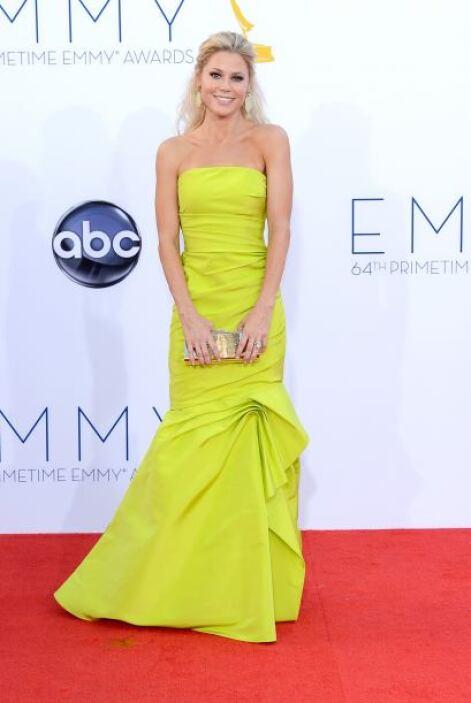 Julie Bowen modernizó el estilo de su atuendo con un color súper vibrant...