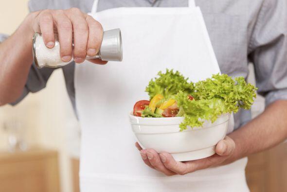 Bájale a la sal. Mejor opta por hierbas y especias para condimentar y, a...