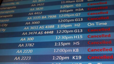 Una pantalla en el Aeropuerto Internacional O'Hare muestra los vuelos ca...