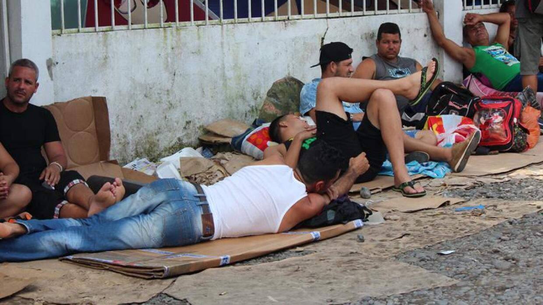 Cubanos descansan en la calle en Panamá