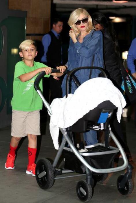 ¡Ternurita! Captamos a la cantante paseando a su recién nacido Apollo....
