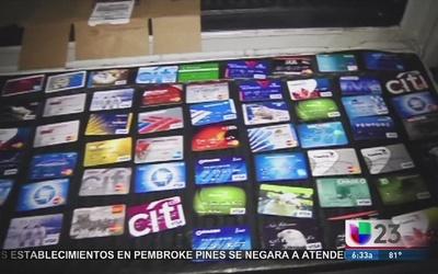Arrestan a falsificadores de tarjetas de crédito