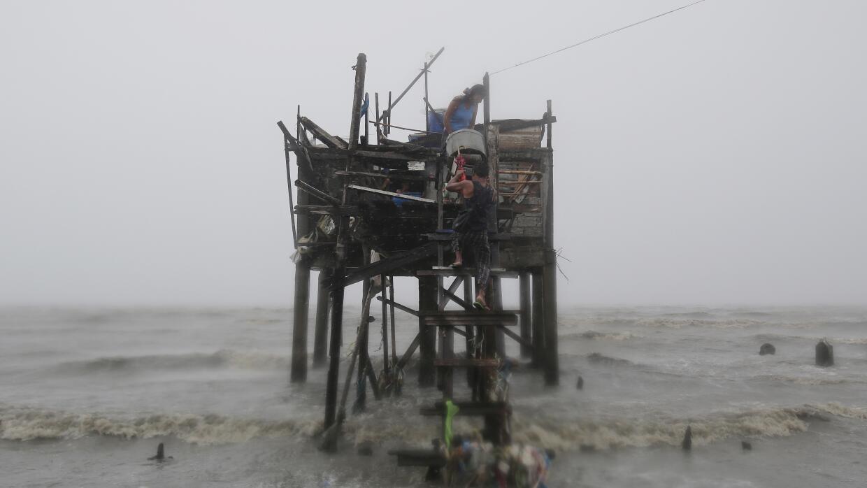 El potente tifón Koppu permanecerá varios días en Filipinas.