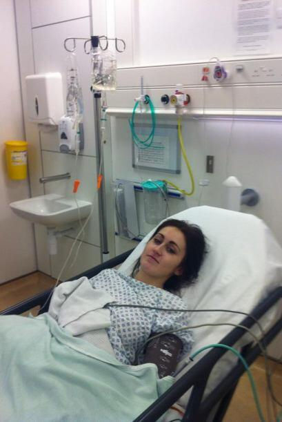 La guapa modelo se mantiene en una silla de ruedas a causa de una enferm...