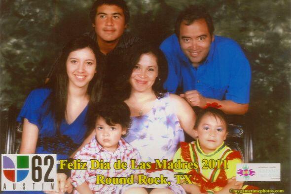 """Karina Galván nos envió esta bonita foto de su familia, """"el regalo más h..."""