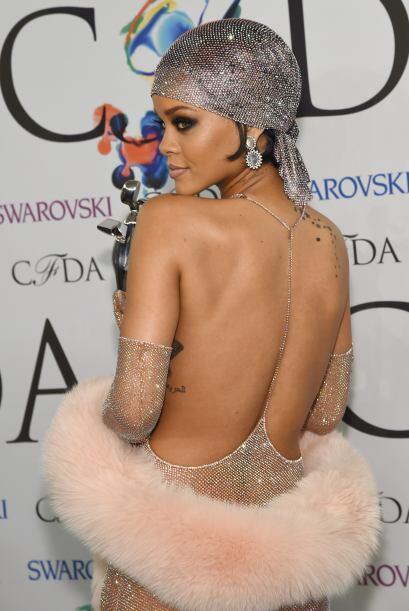 Rihanna dejó muy poco a la imaginación con este brillante vestido.