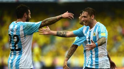 Lucas Biglia y Lavezzi celebran el gol de Argentina en Colombia.