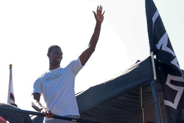 Chris Bosh se notaba muy entusiasmado saludando al publico de la Calle O...
