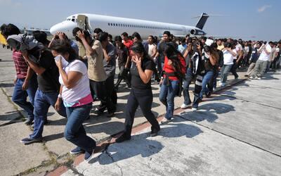 Un grupo de inmigrantes guatemaltecos indocumentados llega al Aeropuerto...