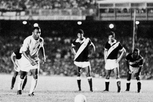 El famoso gol mil jugando para el Santos. Lo hizo de penal en el Maracan...
