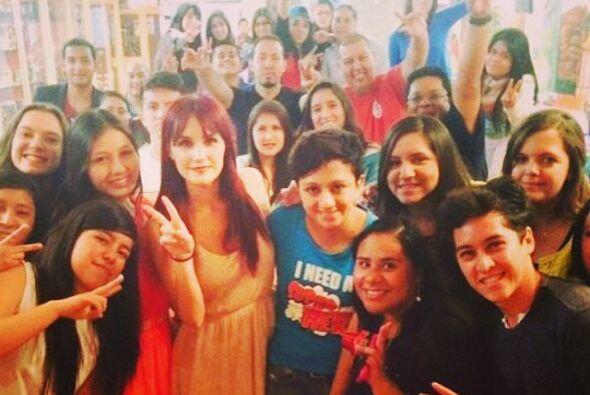 Dulce María conviviendo con muchos fans.