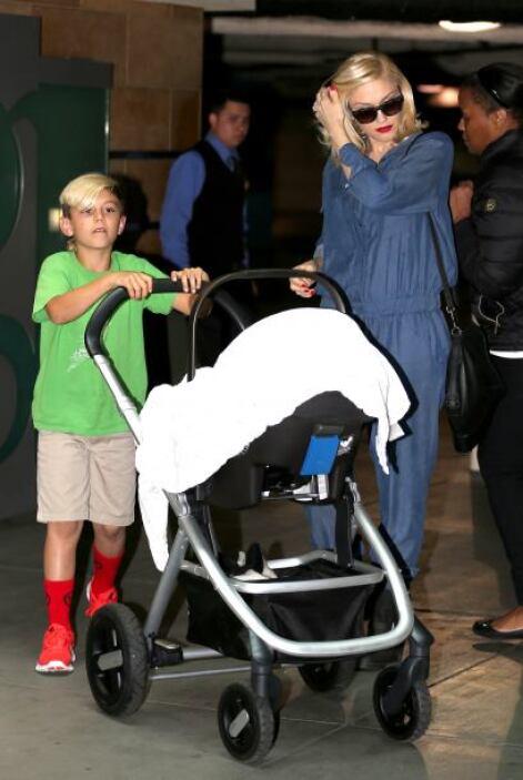 ¡Ternurita! Captamos a la cantante paseando a su recién nacido Apollo. K...