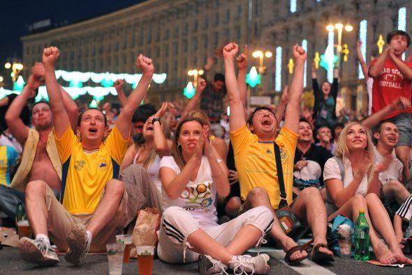 En la zona de los fans se vivió un ambiente de pasión en el duelo Aleman...
