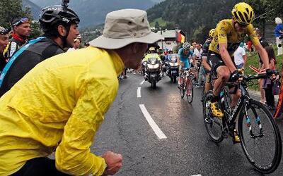 Pese a esta aparatosa caída, Chris Froome sigue siendo el líder del Tour...