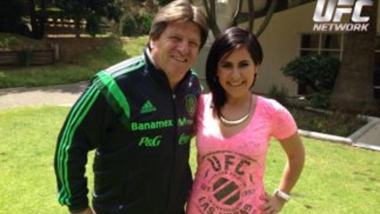 Miguel Herrera con la Chica KO.