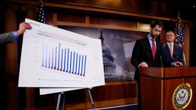 Los senadores Tom Cotton y David Perdue al presentar su propuesta para l...