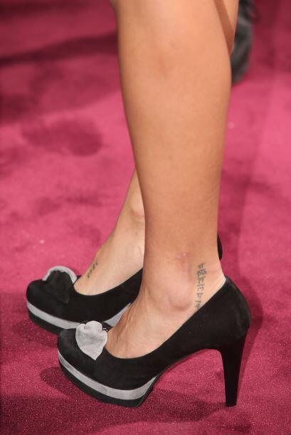 La española deja ver que tiene tatuajes en ambos pies.