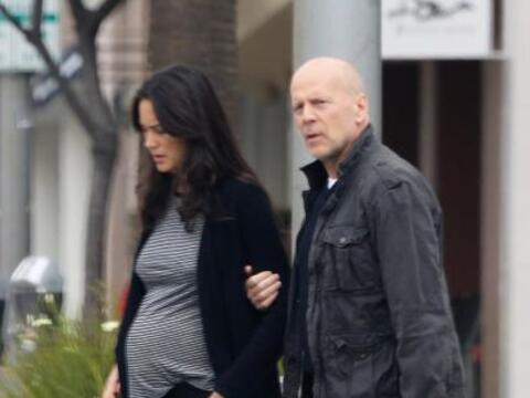 ¡Bruce Willis espera otro bebé con su joven esposa Emma Hem...