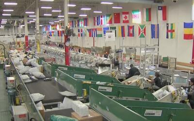 Compañías de entrega trabajan para hacer llegar regalos antes de Navidad