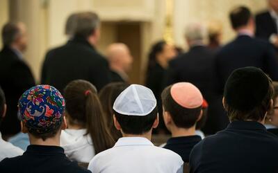 En la sinagoga Park East, estudiantes escuchan a la representante Caroly...
