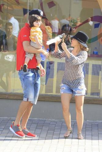 La familia lució muy relajada. Shakira en shorts, presumiendo mucha pier...