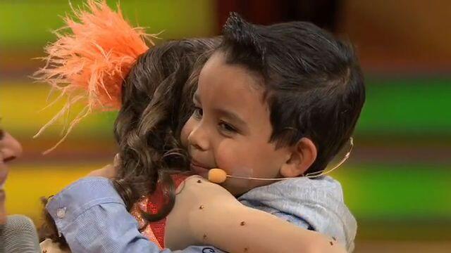 Y con ayuda de Galilea Javiercito le dio un gran abrazo.