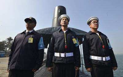 Marineros taiwaneses frente a un submarino en la base naval de Tsoying e...