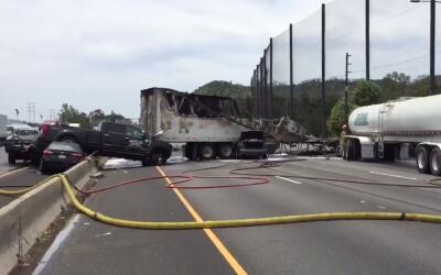 Escena del mortal accidente que provocó el cierre de la autopista...