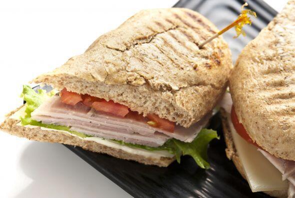 Olvídate de los cubiertos. Elige un menú de 'finger food'. Los sándwiche...