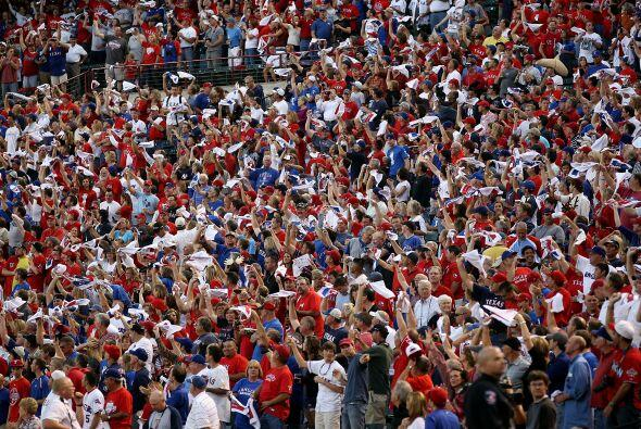 Más de 50,000 aficionados se dieron cita en el Rangers Park en Ar...
