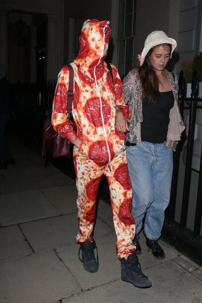 Hay que tener estómago para ir a una fiesta con un traje de pizza...
