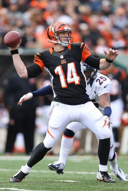 Andy Dalton completó 26 de 42 lanzamientos para 299 yardas, un touchdown...