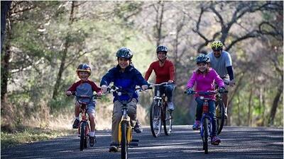 Alista bici, casco y rodilleras y prepárate para disfrutar con la famili...