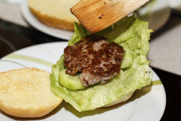 También puedes mandarle una rica hamburguesa, pero cuida que la carne no...