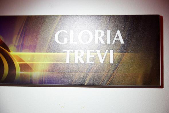 Así luce la puerta del camerino de Gloria Trevi.