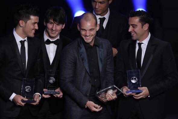 Los jugadores del Barcelona y Sneijder reían, pero Cristiano lucía incóm...