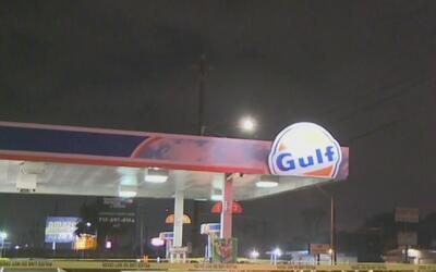 Acribillan a un hombre mientras colocaba gasolina a su vehículo en North...