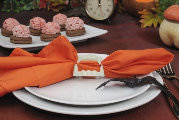 Colmillos en tu mesa. Con una simple servilleta naranja u oscura y unos...